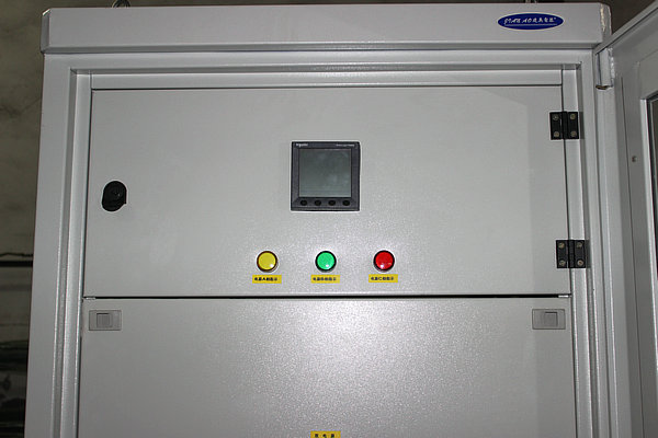 UPS输出柜是针对UPS电源特性为UPS电源量身打造的配套产品,主要有UPS电源输出(含双电输出)、UPS负载的输出,UPS电源防雷、UPS手动旁路、输出检测仪表、分输出指示等可以根据用户要求配置不同的功能。有效而直观的反映UPS的工作状态。UPS输出柜具有功能完善,结构紧凑,稳定可靠、部署灵活、方便维护的特点。UPS输出柜最佳适用于电力、医院、政府府机构、银行、通信、中小型企业、中大型企业的机房中心等。
